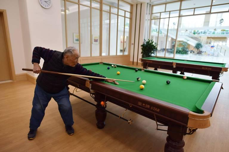 o joga sinuca no Yanyuan, perto de Pequim; plano custa R$ 1,1 milhão, mais R$ 3.350 mensais