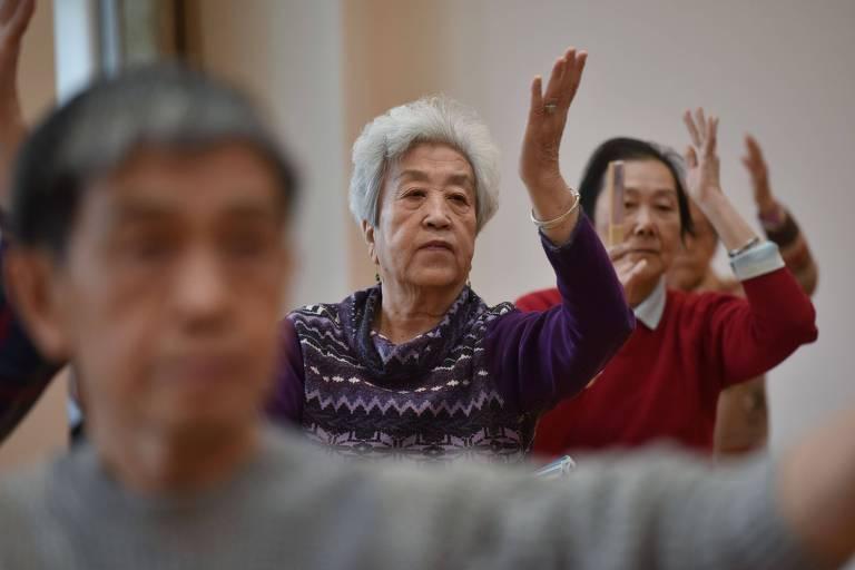 Senhoras fazem atividade física em residência para idosos; em 2050, um terço dos chineses terá mais de 60 anos de idade