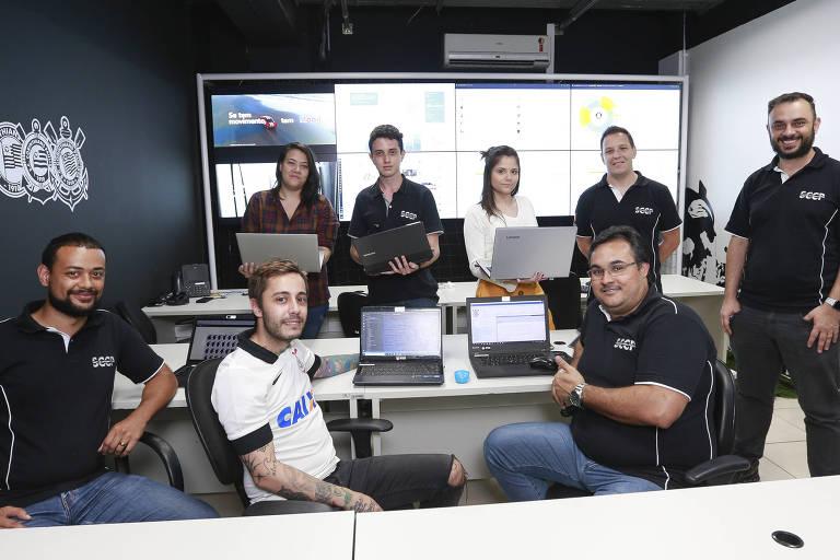 Profissionais dos departamentos de tecnologia, marketing e comunicação do Corinthians na sala de monitoramento das redes sociais