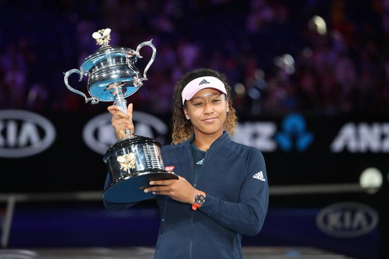 A japonesa Naomi Osaka levanta o troféu de campeão do Australian Open