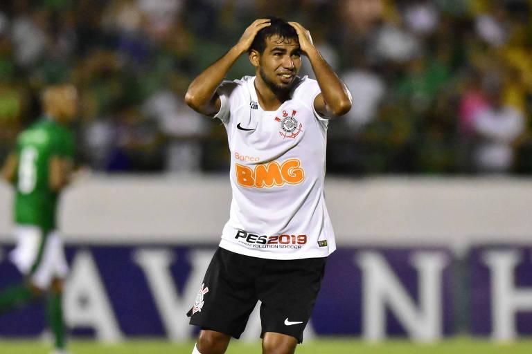 Sornoza com a camisa do Corinthians com patrocínio do BMG em partida do Paulista contra o Guarani