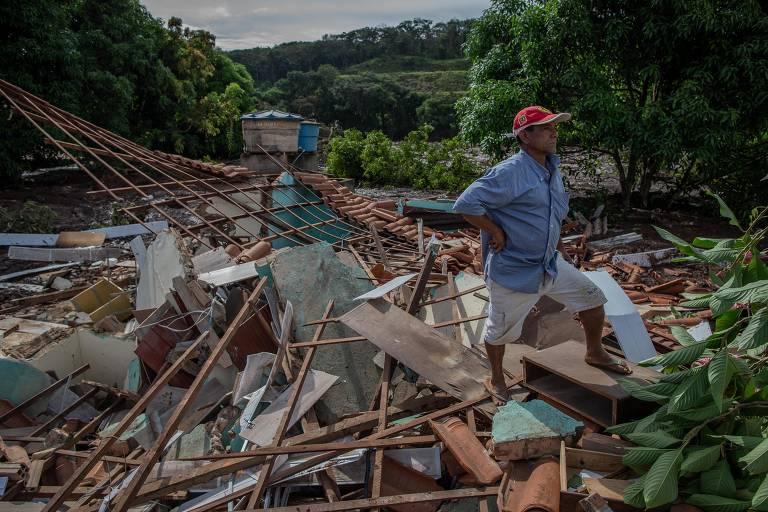 Morador observa destruição de casas no bairro Parque da Cachoeira, em Brumadinho, região metropolitana de Belo Horizonte (MG); Barragem da Vale, mina Córrego do Feijão, rompeu na última sexta-feira 25 deixando além da tragédia ambiental, vários desaparecidos