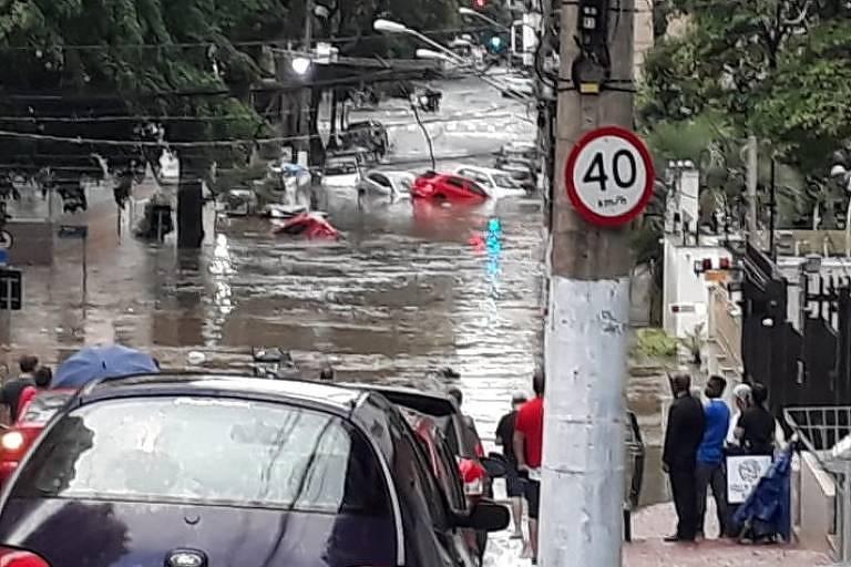 Rua Gaivota, em Moema, ficou intransitável neste sábado (26)