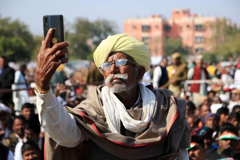 Homem tira selfie em protesto na Índia