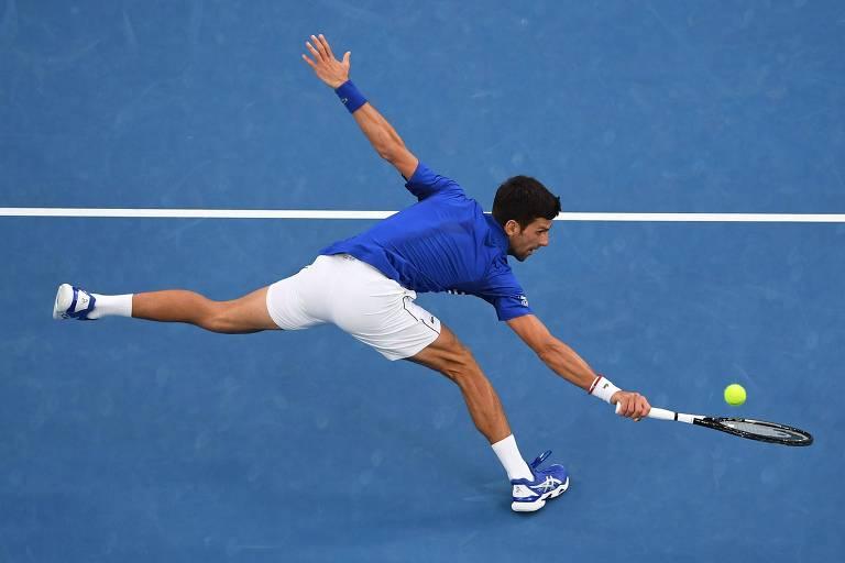 Novak Djokovic rebate bola na final do Australian Open contra Rafael Nadal