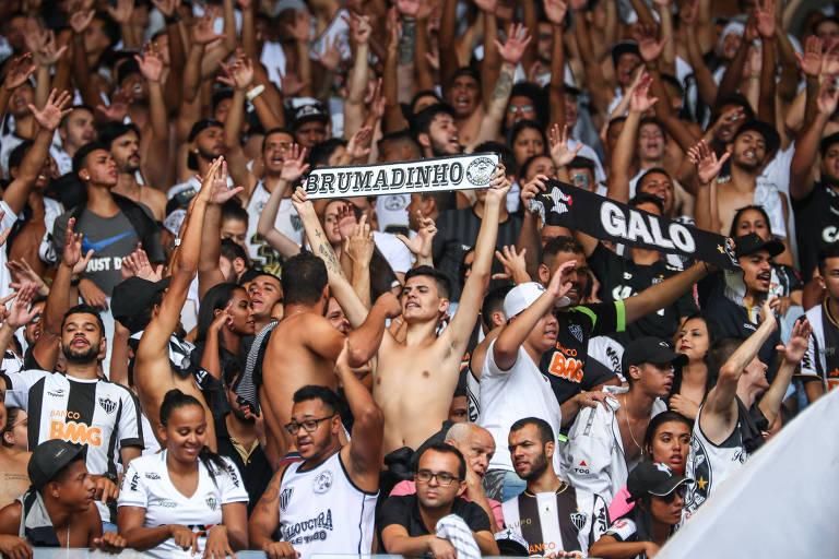 Torcedor do Atlético-MG levanta faixa em homenagem a Brumadinho no Mineirão