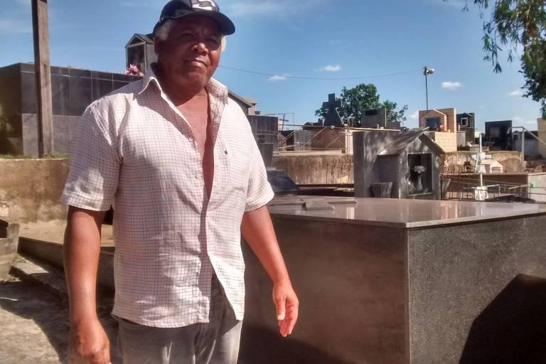 Antenagos Moreira de Jesus, 62, coveiro no Cemitério Velho há 20 anos