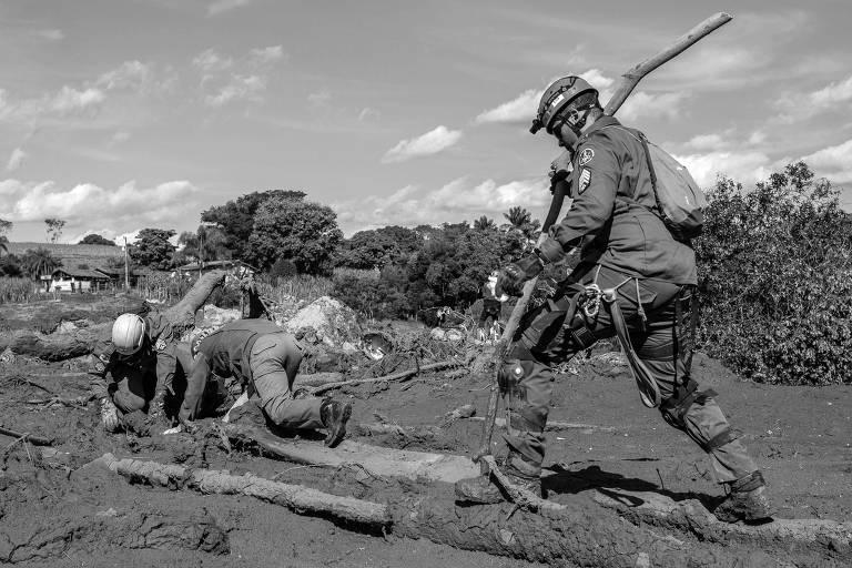 Bombeiros fazem busca por vítimas que estão soterradas na lama