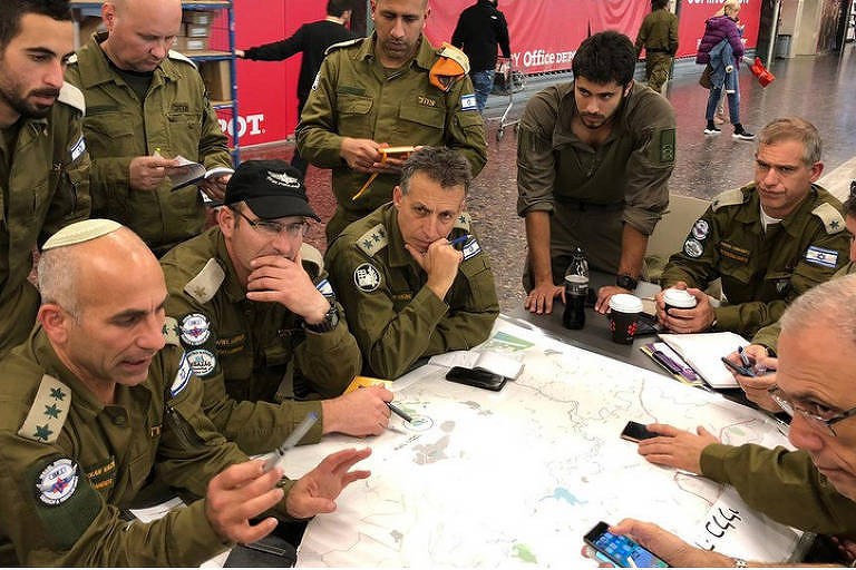 O comandante da Unidade de Resgate Nacional de Israel, Golan Vach (à esquerda), nos preparativos para o embarque ao Brasil
