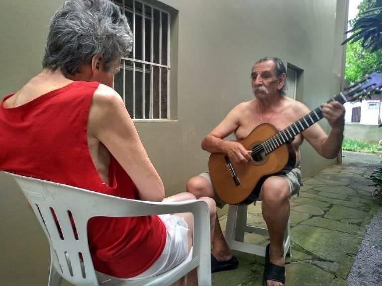 Lúcio conta que Sueli costuma chorar durante boa parte do dia, mas fica em silêncio para ouvi-lo se apresentar: Foto de serenata viralizou