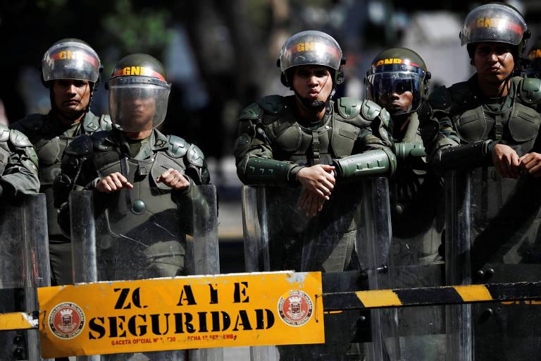 Forças de segurança vigiam prédio militar em Caracas