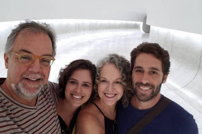 Parentes buscam família que estava de férias em Brumadinho