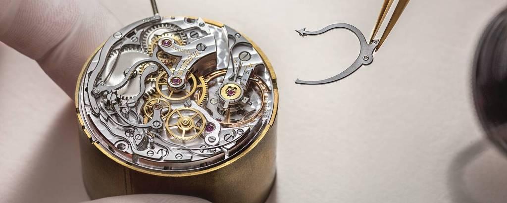 Artesão monta relógio de manufatura, mecânico e todo feito à mão, na oficina Minerva. A marca, propriedade do grupo Richemont, é uma das mais antigas da Suíça