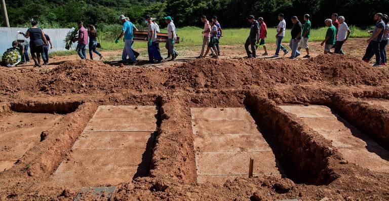 Cemitérios de Brumadinho abrem dezenas de novas covas