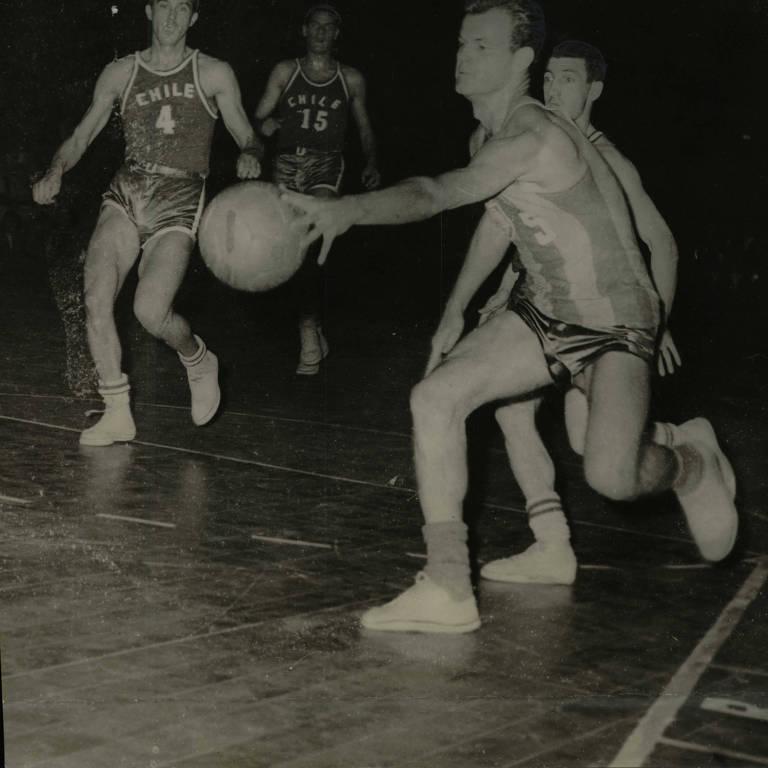 Wlamir Marques durante jogo contra o Chile no Mundial de basquete de 1959
