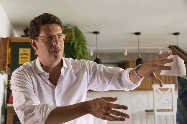 Ministro do Meio Ambiente, Ricardo Salles, move as mãos
