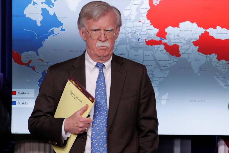 Ao anunciar sanções contra a Venezuela, o conselheiro de segurança dos EUA, John Bolton, segura caderno em que se lê '5.000 troops to Colombia'