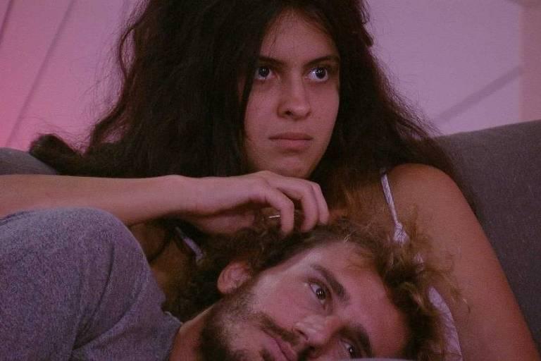 Hana e Alan aproveitam cinema do líder