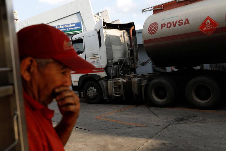 Logomarca da petrolífera venezuelana PDVSA em veículo ao lado de posto de combustível em Caracas