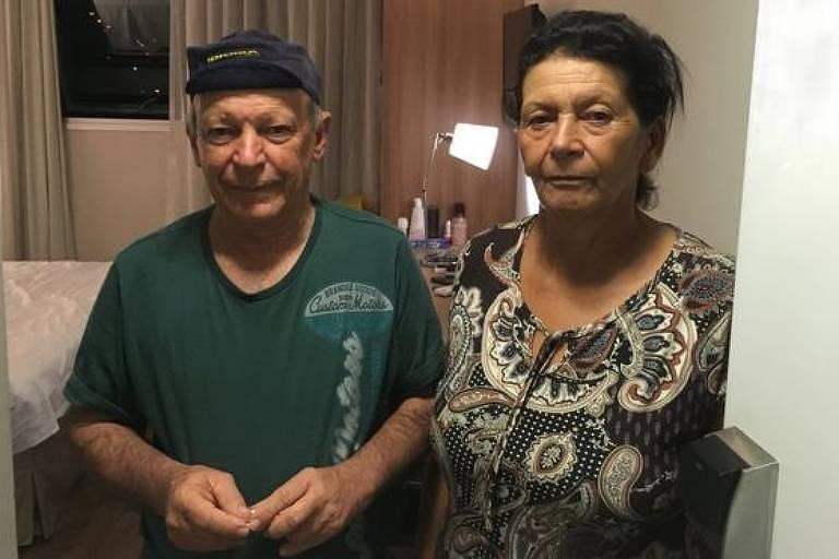 Geraldo e Vera na porta do quarto de hotel para onde foram levados pela Vale