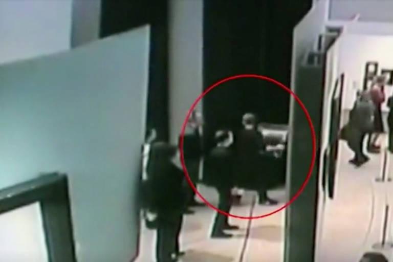 Frame de vídeo de segurança mostra homem levando pintura de Arkhip Kuindzhi na galeria Tretiakov em Moscou