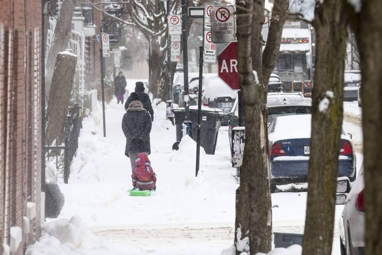 Neve e dia frio em Montréal, no Canadá, também atingido pelo vórtex polar
