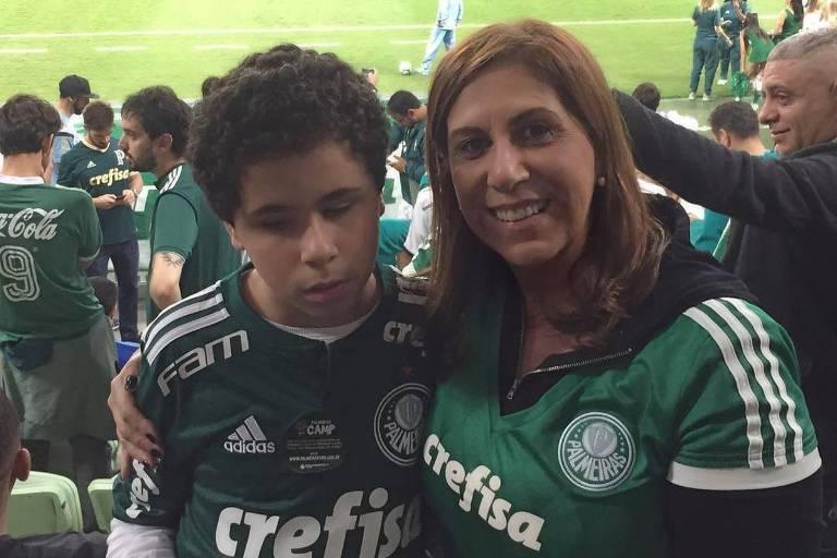 Silvia Grecco e seu filho Nickollas, durante jogo do Palmeiras