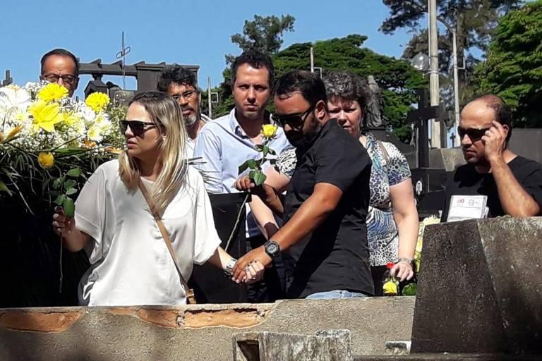 Cleosane Coelho Mascarenhas, 58, uma das vítima do rompimento da barragem da Vale em Brumadinho é sepultada em Belo Horizonte