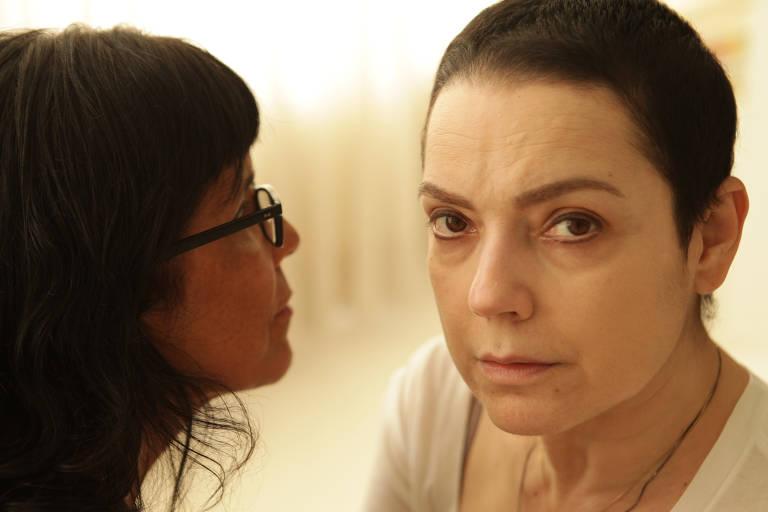 A diretora Daniela Thomas (à esq.) e a atriz Bete Coelho em imagem realizada durante ensaio na casa da atriz, em São Paulo