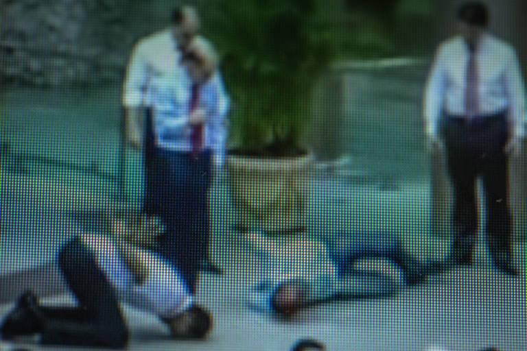 Na imagem, pastor da Igreja Universal do Reino de Deus pratica sessão de exorcismo com fiel
