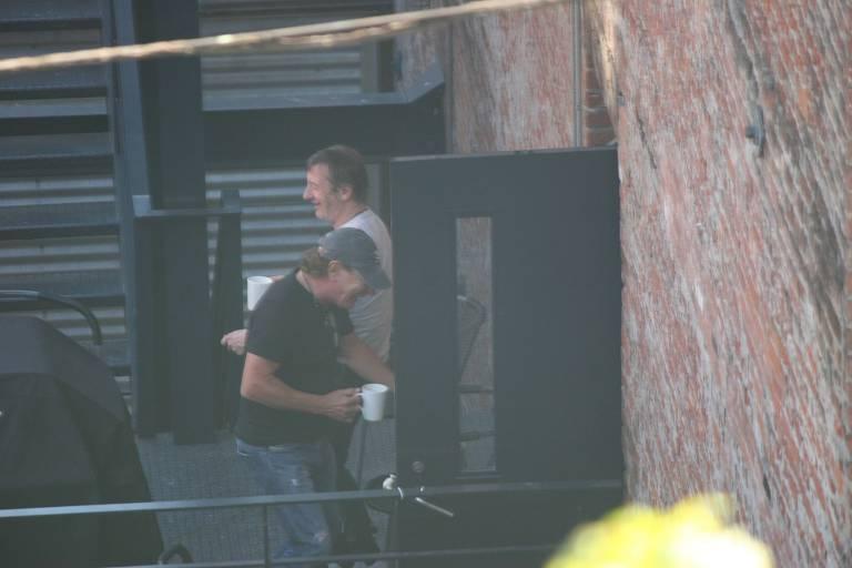 O baterista Phil Rudd e o vocalista Brian Johnson, do AC/DC, flagrados em estúdio em Vancouver, no Canadá