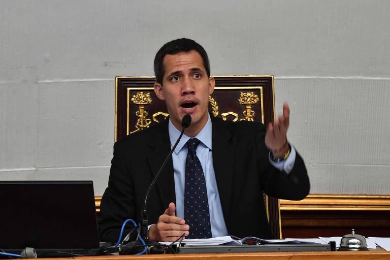 O presidente da Assembleia Nacional da Venezuela, Juan Guaidó, fala em sessão desta terça (29) do Parlamento