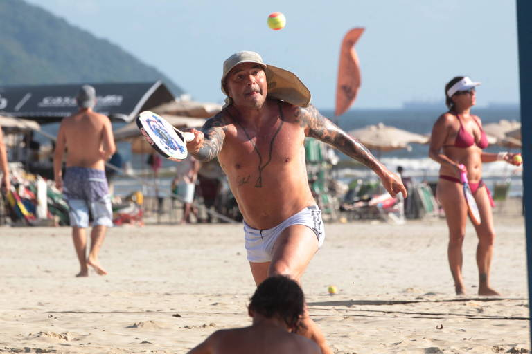 Jorge Sampaoli joga tênis de praia em Santos