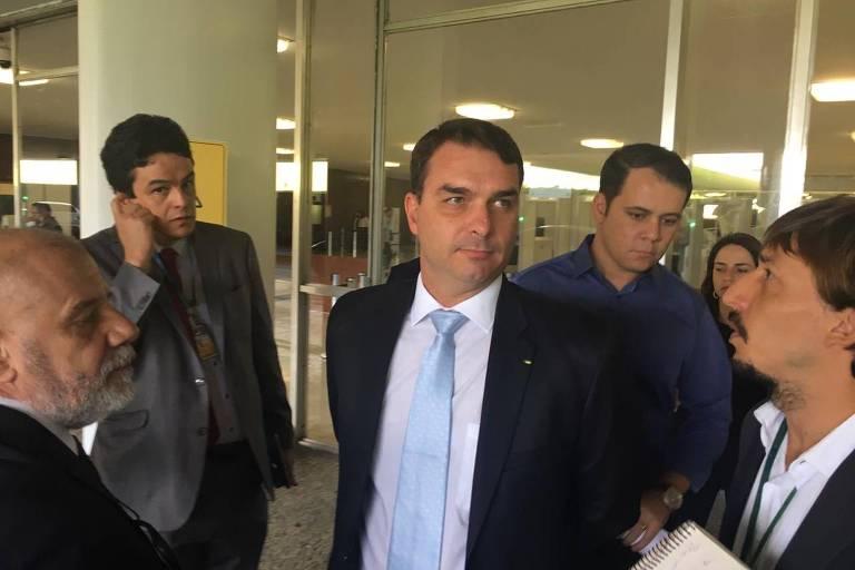 O senador Flávio Bolsonaro é entrevistado por jornalistas no Congresso nesta quarta