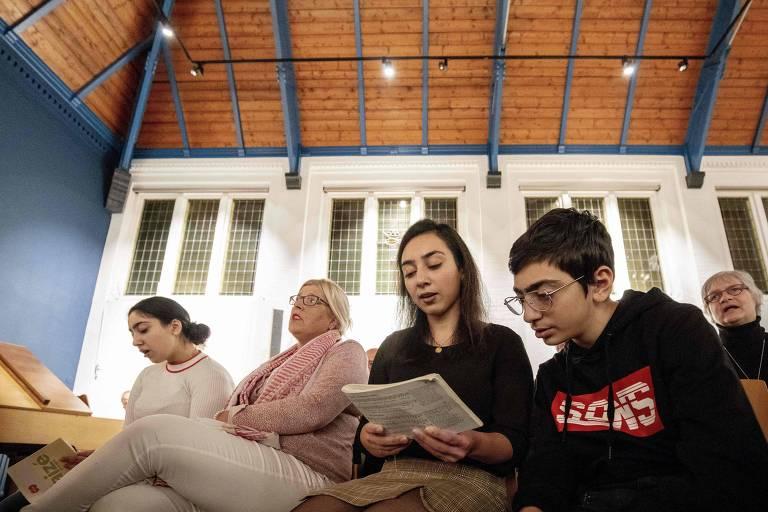 Igreja põe fim a culto de 3 meses após conseguir que família refugiada fique na Holanda