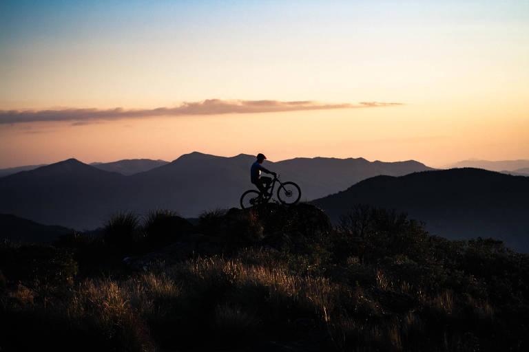 Fotógrafo registra colega pedalando no topo de montanhas