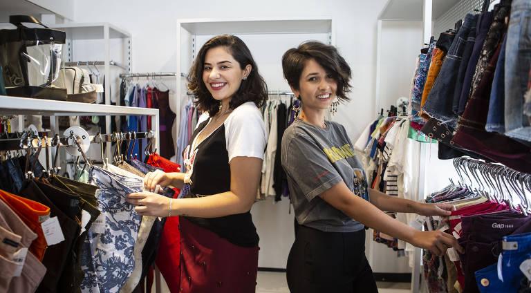 As youtubers Stella Vasconcelos e Bruna Gullaci posam no Brechó Daz Roupaz, em Pinheiros
