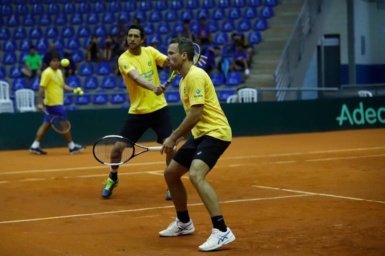 Bruno Soares (à frente) e Marcelo Melo treinam para o confronto da Copa Davis contra a Bélgica em Uberlândia