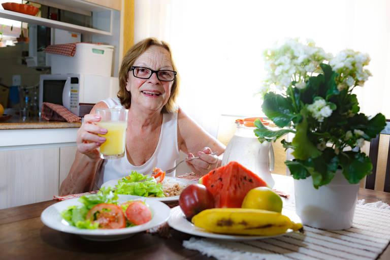 Elvira Cylke Magalhães, 69, mudou a alimentação por conta do calor