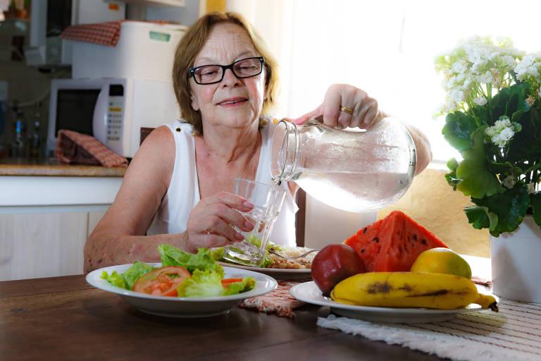 Elvira Cylke Magalhães, 69 anos, mudou a alimentação por conta do calor