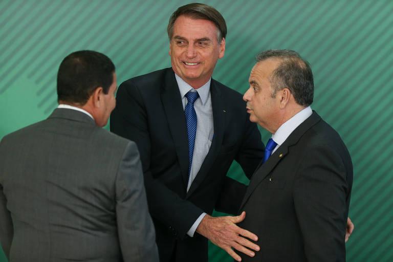 O presidente, Jair Bolsonaro, cumprimenta o secretário da Previdência, Rogério Marinho, no Planalto, com a presença do vice-presidente, Hamilton Mourão.