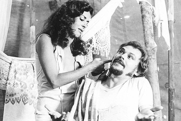 "Os atores José Wilker e Betty Faria em cena do filme ""Bye Bye Brasil"" (1979), de Cacá Diegues"