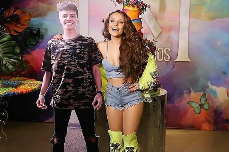 Sem namorado na festa, Larissa Manoela posa ao lado de totem dele