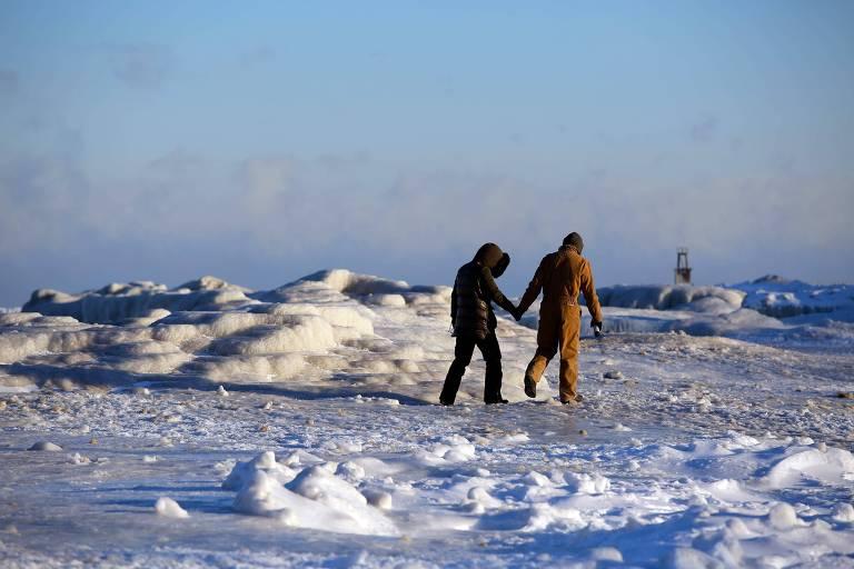 Casal no lago Michigan congelado em Chicago