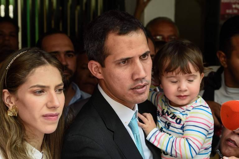 Juan Guaidó com a esposa, Fabiana, e a filha na entrada de sua residência em Caracas nesta quinta (31)