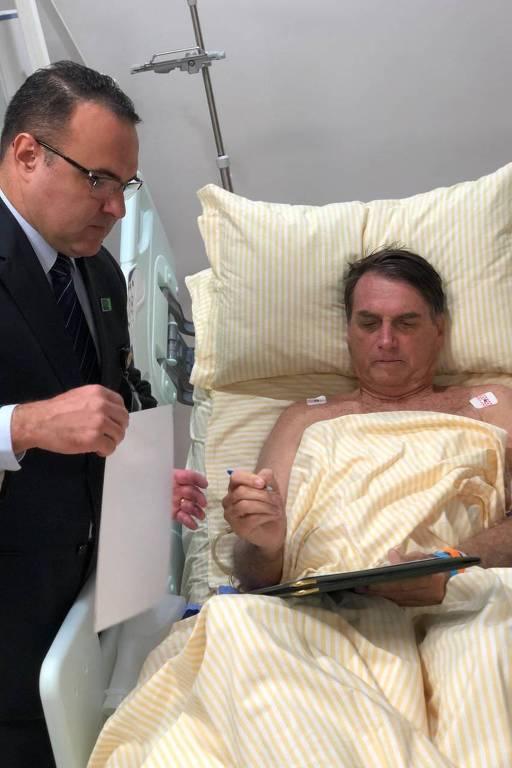 Presidente da República, Jair Bolsonaro, despacha na tarde desta quinta (31) no Hospital Albert Einstein com o chefe da SAJ (subchefia de Assuntos Jurídicos) da Casa Civil, Jorge Oliveira