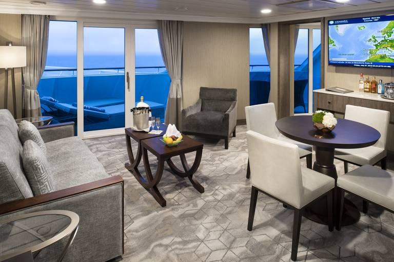 'Living room' de suíte do navio Azamara Pursuit