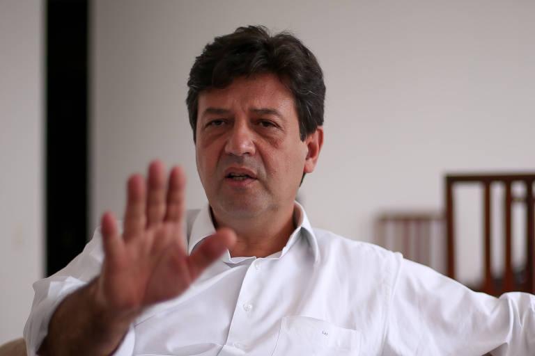 Ministro da Saúde do governo Bolsonaro, Luiz Henrique Mandetta, levanta uma das mãos