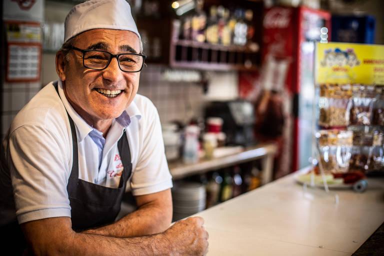 Com uma alegria contagiante, Vardemá toca seu bar, que mescla tradição e modernidade