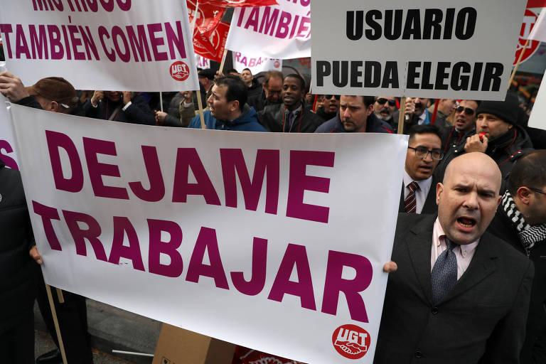 Motoristas de aplicativos organizam ato em resposta a paralisação de taxistas em Madri, na Espanha